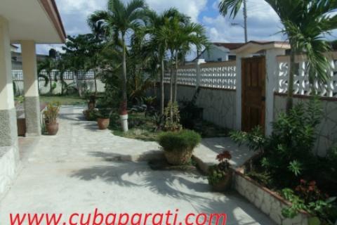 Frente_de_la_casa_Cubaparati_en_Guanabo_La_Habana_Cuba
