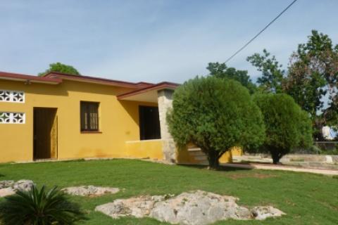Fachada_de_la_casa_particula_Cojimar_Le_Garage_en_el_área_de_Cojimar_a_La_ Habana_del_Este_en_Cuba